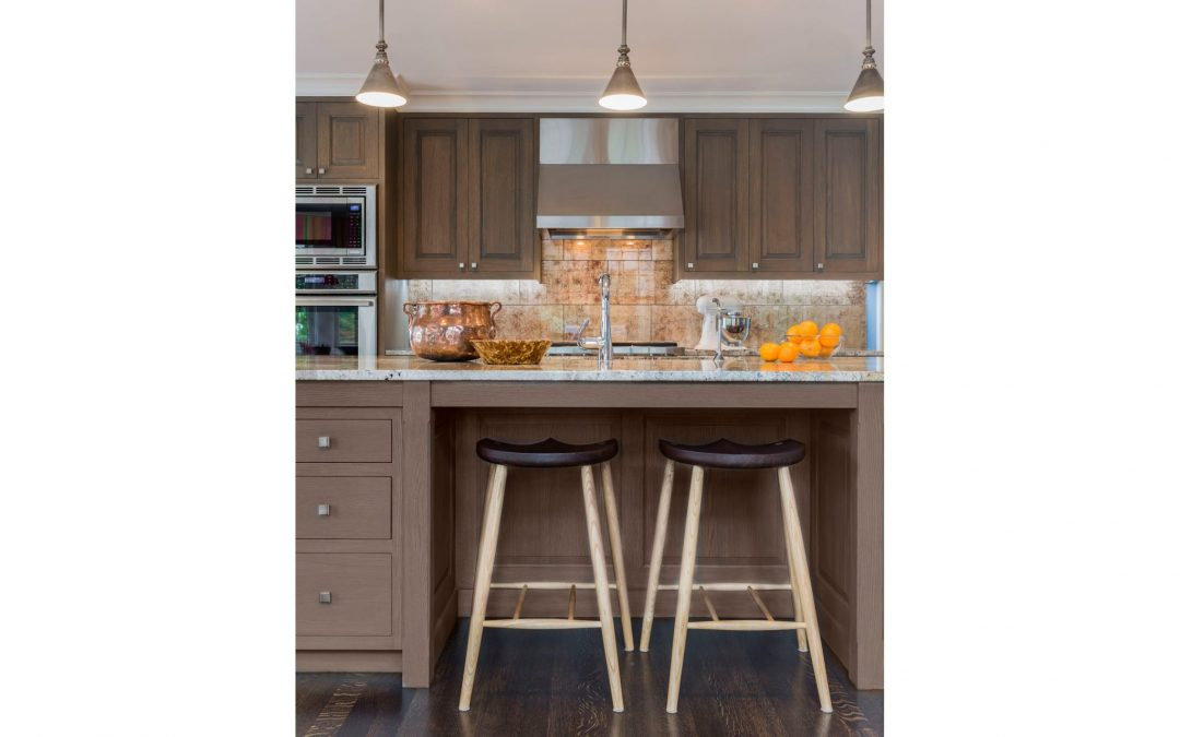 The kitchen in this light and bright coastal home by Boston Interior Designer Elizabeth Swartz Interiors features a contemporary interior design functional for everyday family life, yet chic enough for entertaining.
